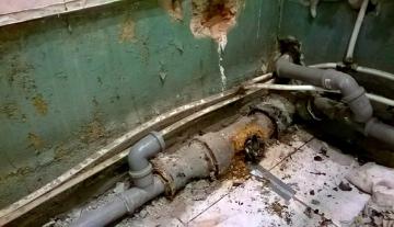 Почему не стоит затягивать с заменой труб канализации в жилой квартире